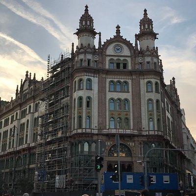 Immeuble en restauration au bout de la rue Karolyi