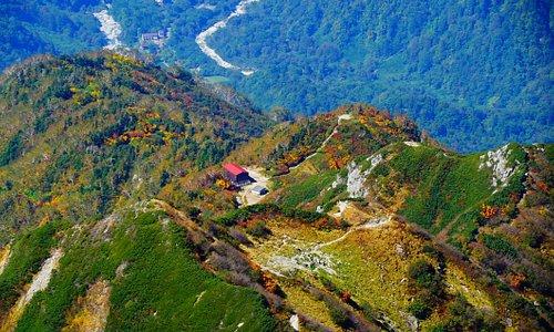 山頂より、早月尾根の早月小屋と登山口の馬場島が見えています。