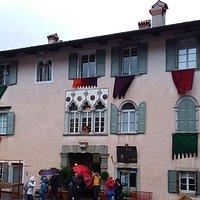 Palazzo Radiussi ex casa nobiliare, ha trifora gotico-veneziana quattrocentesca in facciata