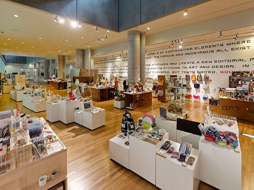B1Fの店内の様子。東京的視点でセレクトした新しいデザインやアート作品など、幅広くご紹介しています。