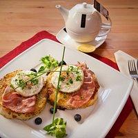BERNET ROESTI placek z ziemniaków z boczkiem i cebulą z jajkiem posadzonym serwowany