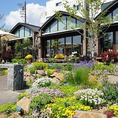 300種以上の植物が咲く庭園内にカフェとショップが併設。