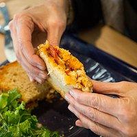 Le Croque-Monsieur Basque de Croquorico avec de la volaille, des poivrons, du chorizo. Le pain est incroyablement bon ! Le hamburger doit partir se rhabiller, le croque-monsieur contre attaque !