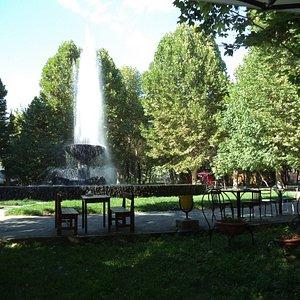 фонтан в парке.