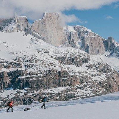 La travesía al Campo de Hielo Patagónico es una de las mejores maneras de conocer por dentro este maravilloso lugar, un inmenso plateau conformado por nieve y hielos eternos, siendo la tercera extensión del hielo más extensa del planeta. Recorreremos el mismo de Norte a Sur y, a su vez, realizaremos la circunvalación de los macizos del Cerro Fitz Roy y del Cerro Torre.