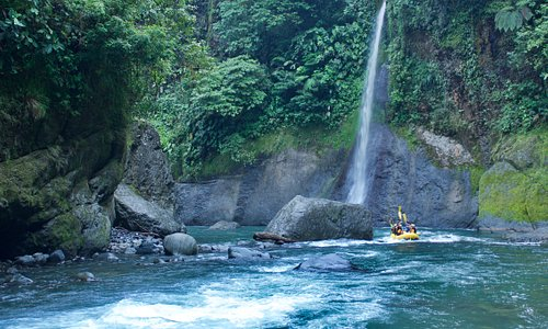 The world famous Rio Pacuare has it all. Enormous waterfalls cascade in from the sides of the river as you float through deep canyon walls surrounded by verdant rainforest.