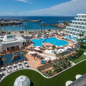 """Las maravillosas vistas de la zona de piscina y hacia el Puerto deportivo """"Puerto Colón"""" y """"Playa La Pinta"""""""
