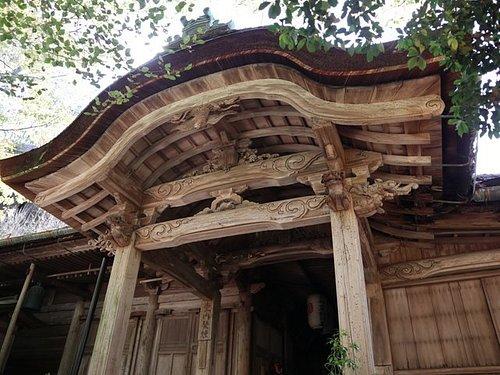 本堂。木彫りの彫刻が美しい。