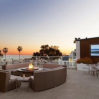 Longboard Rooftop Lounge boasts amazing ocean views and complimentary sunsets daily. Get the most out of Dana Point and visit this breathtaking rooftop bar.