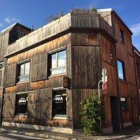 Au coin des rues du Nord et Sébastopol, un bâtiment construit en bois et en paille :-)
