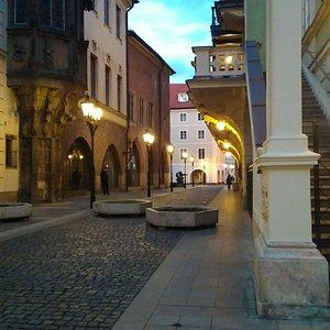 """Если встать лицом к памятнику """"Молчание"""" , улица будет с левой стороны. По легенде, призрак появляется около колонны с эркером"""