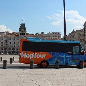 Il bus Hoptour daventi Piazzza Unità