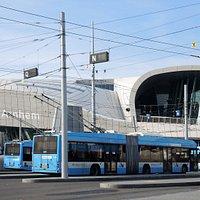 modern en de trolley bussen wachten