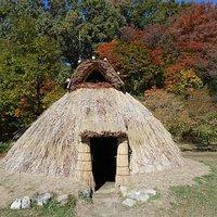 竪穴式住居の復元模型(実物大)