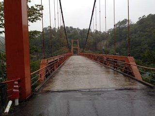 ダム湖に架かる吊り橋の様子