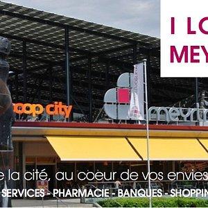 Premier centre commercial créé en Suisse, meyrincentre se caractérise par une atmosphère unique : un lieu de shopping, mais surtout de détente, de convivialité, un endroit dans lequel on aime s'attarder pour boire, manger et s'amuser.