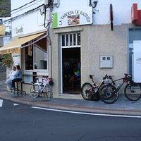 Das ist die Bar für feine Bocadillo und Sandwich. Superfreundliche Bedienung, leckere, venezolanische Spezialitäten und jeden Freitag Pata de cerdo (Schinken aus dem Ofen). Einheimische Weine, 1 Bier = 1 Euro! Täglich - ausser Sonntag - offen von 07:00 Uhr bis Mitternacht