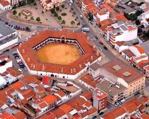 Es la plaza de toros única en el mundo por su forma Hexagonal y en la planta baja está el Hotel Plaza de toros, es un monumento digno de visitar.