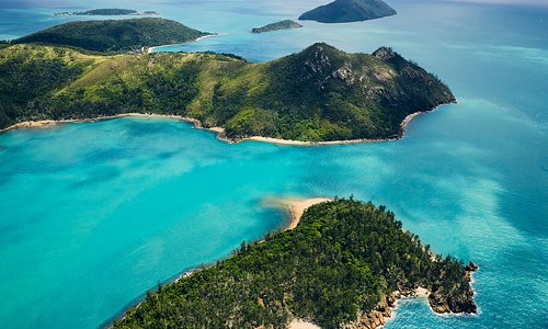 The beautiful Molle Group of Islands in the Whitsundays (Daydream is top left)