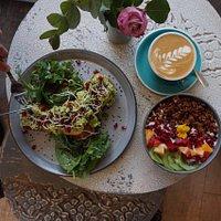 Avocado-Frühstück, Bowl & Flatwhite