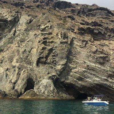 Paseo por la costa de Carboneras en barco con La Isla Activa, paseos personalizados por horas, rutas a la playa de los muertos, cala enmedio, cala de san pedro etc.