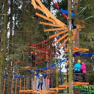 Веревочные трассы высотой 1 до 7 метров. Для взрослых и детей от 5 лет. Rope trails from 1 to 7 meters high. For adults and children from 5 years.