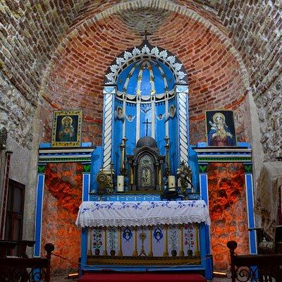Mar Hırmız Keldani Kilisesi oldukça küçük ama sizi saran çok güzel bir sinerjisi var. İçeride ki tablolar ve küçük heykelcikler gerçekten çok etkileyici, Mardin'de mutlaka görülmesi gereken yerlerden biri.