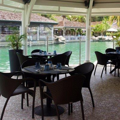 Surplombant la piscine à l'eau cristalline, Le Bar est un lieu animé qui vous séduira par sa sélection d'en-cas et de cocktails, à déguster le midi ou l'après-midi.