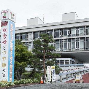 """2017年に国登録有形文化財(建造物)となった山形県の寒河江市庁舎。日本を代表する建築家、故・黒川紀章氏が設計し、1967(昭和42)年6月20日に開庁した、日本のモダン建築を代表する建物のひとつ。市庁舎内、吹き抜けの空間には岡本太郎氏が制作した彫刻""""生誕""""が輝いています。"""