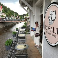 Café Rosalie mit hübscher, kleiner Terasse über dem Flüsschen