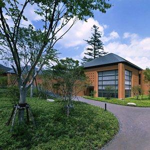 当館は国立公園内に位置する数少ない美術館です。建物が自然と調和するよう、様々な工夫が凝らされています。