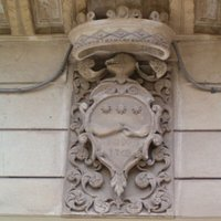 Lo stemma nobiliare della Famiglia Vernaleone Baroni di Miggiano sul balcone di quello che resta dell'antico Palazzo