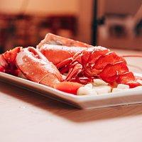 LOBSTER  Astice fresco canadese con salsa speciale, pomodorini, sedano e tagliato in 6 parti comode da mangiare!
