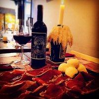 Formaggi 🧀, prosciutto, mozzarella è vino 🍷!