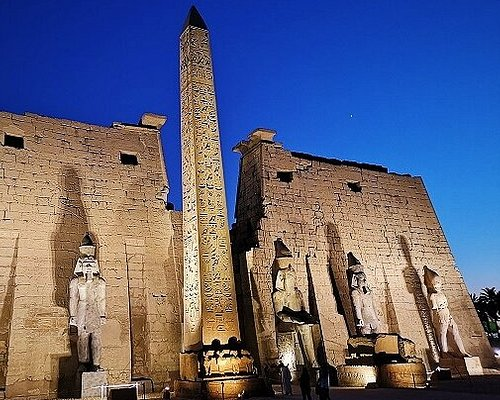 Templo de Luxor iluminado por la noche