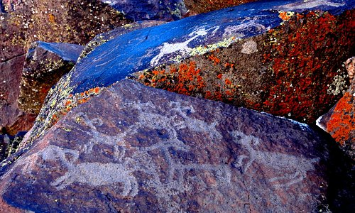 Petroglyphs in Coso Art District on Naval Weapons base in China Lake.  Photo copyright Lorraine Crawford