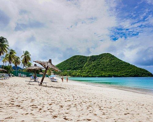 Der Reduit Beach auf Saint Lucia befindet sich ziemlich weit oben im Norden der Insel. Hier kann man entspannt im Meer schwimmen oder am Strand faulenzen. #saintlucia #reduitbeach #Karibik