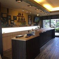 島根の銘酒、千代むすびの酒蔵併設の角打ちと販売コーナー
