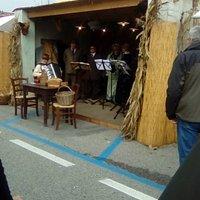 Mirano - fiera di San Martino - gruppo musicale con coro e orchestrina vestito in costume inizio 900 che canta canzoni d'epoca