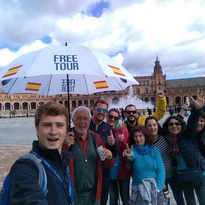 Disfrutando de un Free Tour en Sevilla junto a White Umbrella Tours