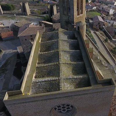 Tejado Lomo de Dragón, del siglo XIII y único en el mundo. El tejado, hecho de laminas de piedra, recoge cada gota de lluvia y la envía hasta el subterráneo, donde se acumula en una gran piscina de 83000 litros.