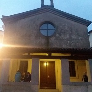 Ex chiesa di San Michele Arcangelo vicino arco di ingresso in Gemona