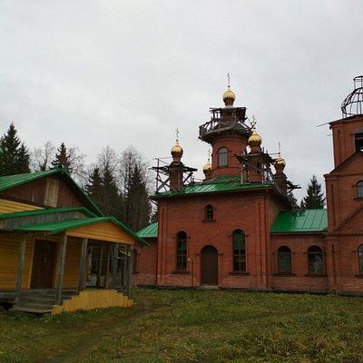 Успенский собор и церковь Макария Римлянина