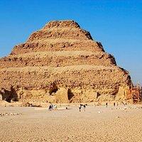 Visita la pirámide escalonada, la más antigua en Saqqara,  Memphys, primera capital del Antiguo Egipto, la pirámide de Dahshur, la primera auténtica pirámide. Por último, las pirámides de Giza y la Esfinge. Duración 8-9 hrs. Pago del tour: 1 día antes. Tour en español, inglés, árabe Incluye tickets de accesos. Reservas y pago: 1 día antes de comenzar tour. Confirmación inmediata. Traslado desde el hotel y regresa al punto de partida  info@fos7etak.com -  wspp 201114447747