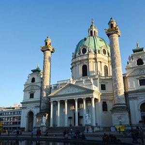 Карлскирхе - одно из лучших мест Вены. Рекомендую осмотреть и внутри. Вам понравится :)