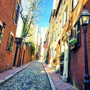 The cobblestone alley of Acorn Street in Boston, Massachusetts.