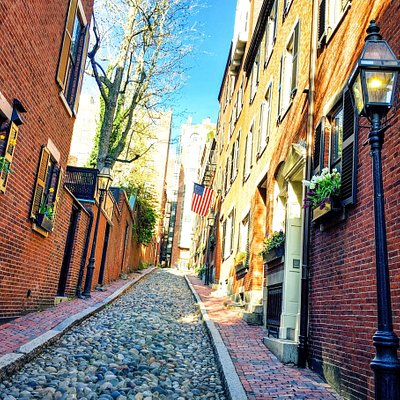 The cobblestone alley of Acorn Street in Boston, Massachusetts.