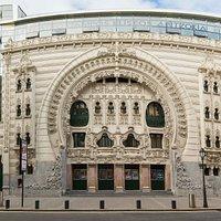 El Teatro Campos Elíseos sufrió una renovación en 2010, que mantuvo la fachada a la vez que la incorporó a una solución arquitectónica moderna.