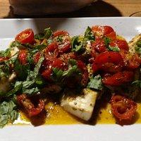 Ricciola con pomodorini e basilico