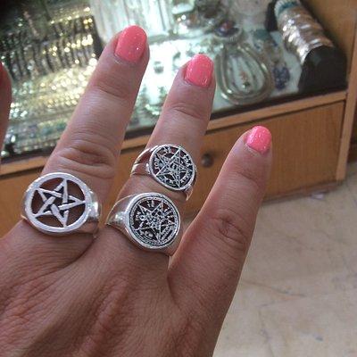 Anillos de plata ,símbolos esotéricos ,pentagramas en este caso.